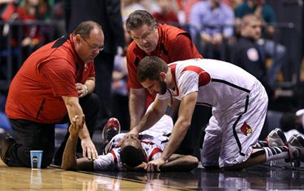Louisville&#039;s Kevin Ware breaks leg during NCAA Tournament game