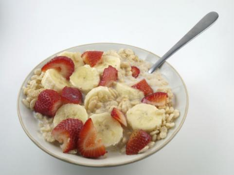 puffed rice cereal with strawberries and bananas