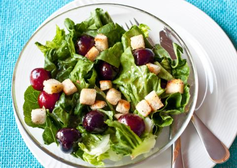 Green salad with cherries and croutons